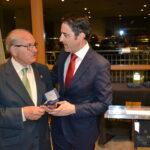 Juan Ignacio Larraz (ex vicepresidente del COGITI) recibe un pequeño obsequio de manos del presidente del Consejo General.